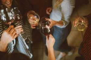 Jeunes trinquant avec de l'alcool