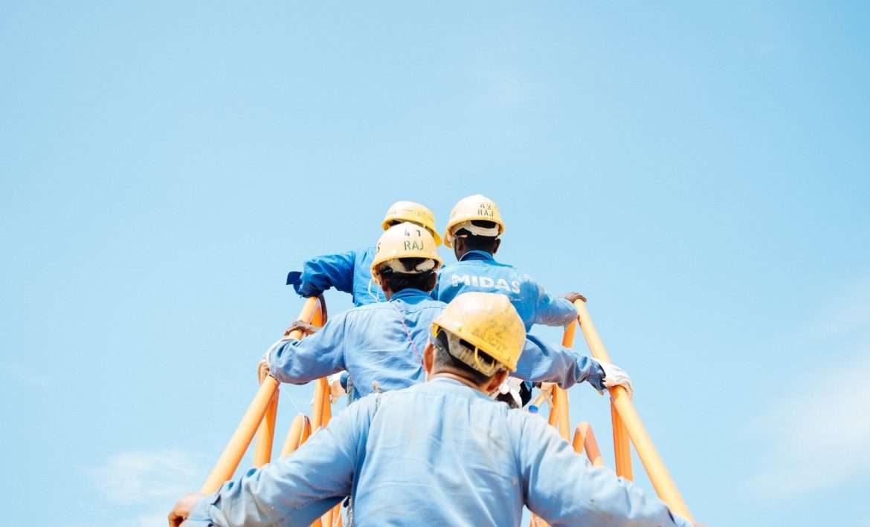 Ouvriers qui grimpent une échelle