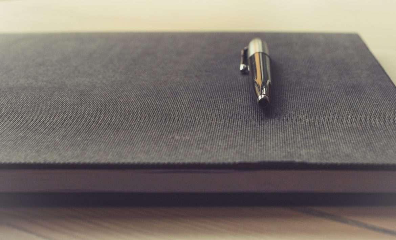Livre avec stylo posé dessus