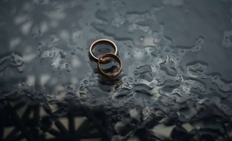 Alliances de mariage sous la pluie - Avocat Divorce Nice