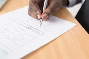 Homme signant un document