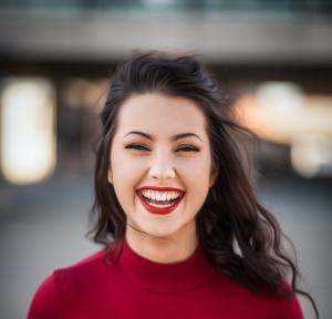 Jeune fille brune souriante