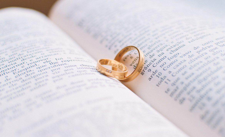 Deux anneaux de mariage posés sur un livre
