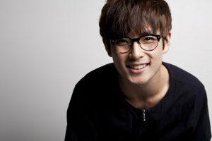 Homme à lunette souriant