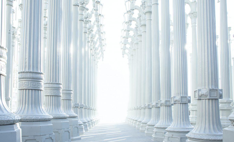 Colonnes blanches alignées formant une allée