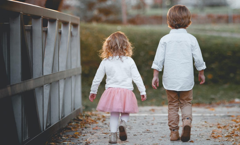 Deux enfants de dos traversant un pont